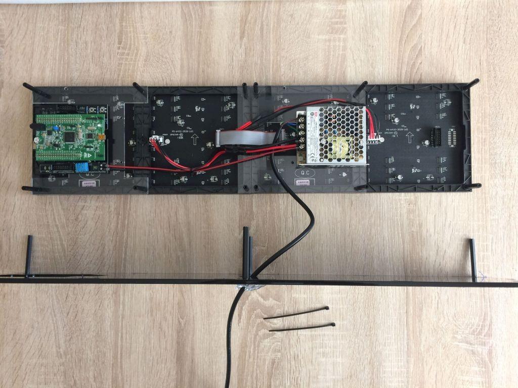 Anstandsbolzen an der Rückseite montieren und Stromleitung durchführen