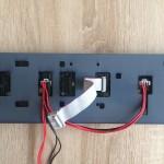 Stromversorgung und Datenkabel verbinden