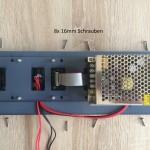 Netzteilsockel auflegen und Leitungen durchführen